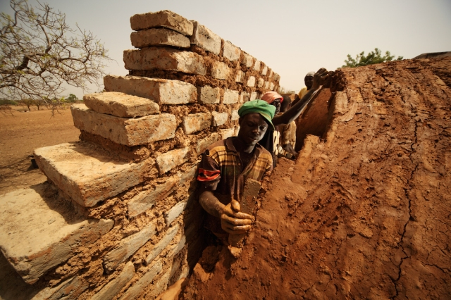 Laying bricks - Earth Roofs in the Sahel Program