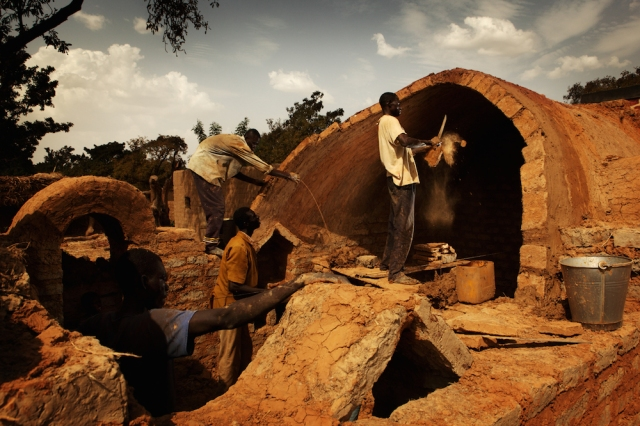 Working together on construction of a house - Earth Roofs in the Sahel Program